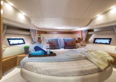 42 Azimut yacht master cabin