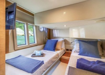 42 Azimut yacht twin beds cabin