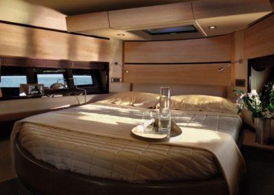 48 Azimut yacht master cabin