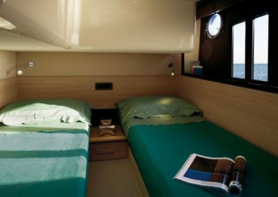 48 Azimut yacht twin beds cabin