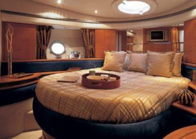 50 Azimut yacht master cabin