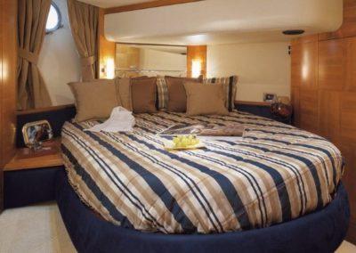 50 Azimut yacht guest cabin