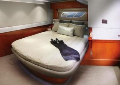 54 Searay yacht guest cabin