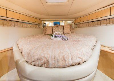 54 Searay yacht VIP cabin