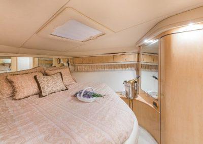 54 Searay yacht guest cabin