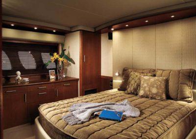 60 Searay yacht guest cabin