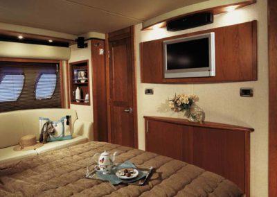 60 Searay yacht master cabin with sofa