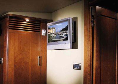 60 Searay yacht cabin TV