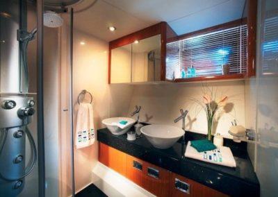 72 Sunseeker yacht bathroom