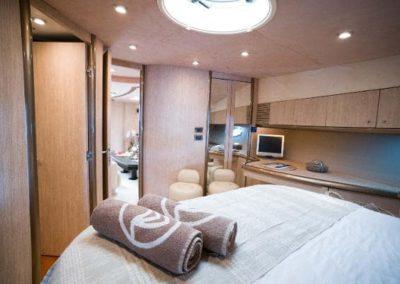 75 Sunseeker yacht guest cabin