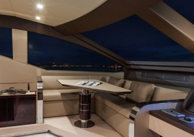 84 Azimut yacht dinette