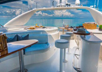 84 Lazzara yacht flybridge bar