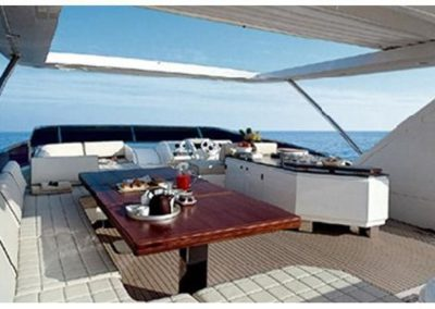 85 Azimut yacht flybridge dining