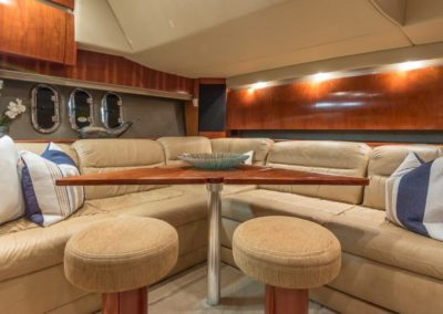 42 Cruisers yacht salon dinette