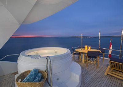 102 Hatteras yacht flybridge jacuzzi