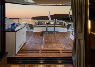 65 Searay yacht aft deck dining