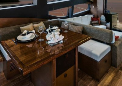 65 Searay yacht salon dining