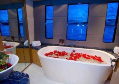 90 Eagle yacht master bath